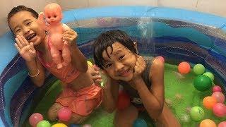 Stin Dâu Bơm Hồ Bơi Và Dạy Búp Bê Bơi (^_^) Baby swim in the pool