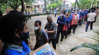 Petugas Kebersihan Dihadiahi Paket Sembako