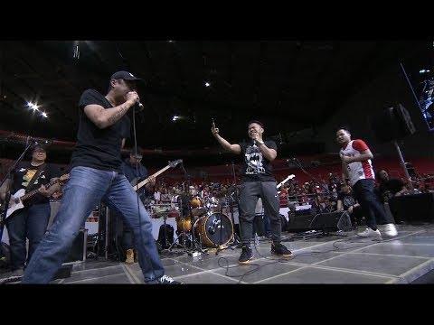 Parokya ni Edgar performs Bagsakan with two lucky fans!