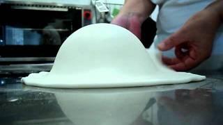 ricoprire una torta con pasta di zucchero - YouTube feecd65294b4