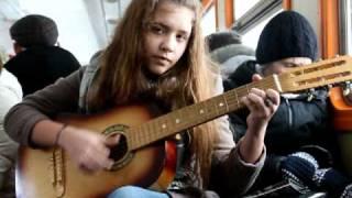 Девчонка круто поёт в электричке