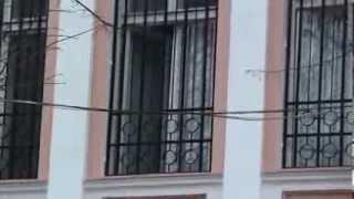 Geamul ambasadei era larg deschis pe timp de iarnă