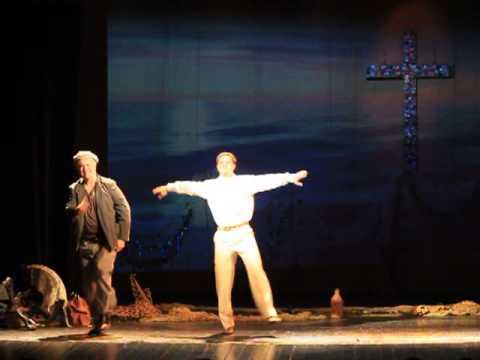 Анатолій Хостікоєв танцює сіртакі на сцені чернівецького муздрамтеатру