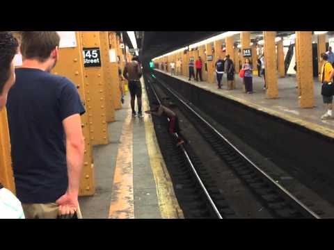 شاهد.. قفز أمام القطار... وهذا ما حصل واذهل الموجودين