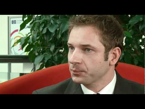 Interview: Medienanwalt Sebastian Kuhn auf der roten Couch