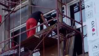 Muncitori neciopliți repară fațada USM