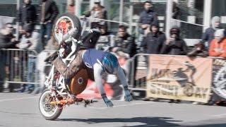 Htio je da svima pokaže svoj trik na motoru. Pogledajte šta se dogodilo kada je naglo zakočio! (VIDEO)