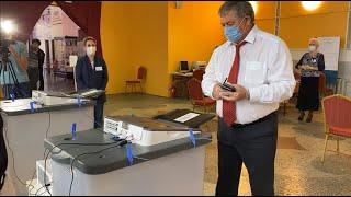 Одним из первых сегодня на 352-ом избирательном участке проголосовал Алексей Нестеренко