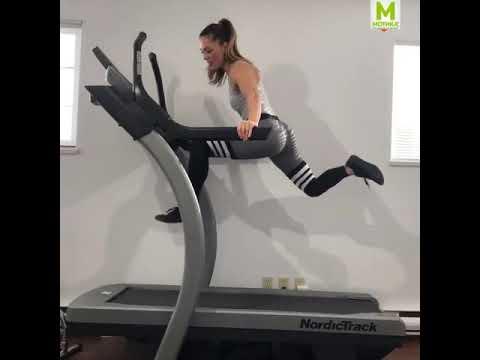 Згодна девојка вежба на лента за трчање СО СТИЛ!