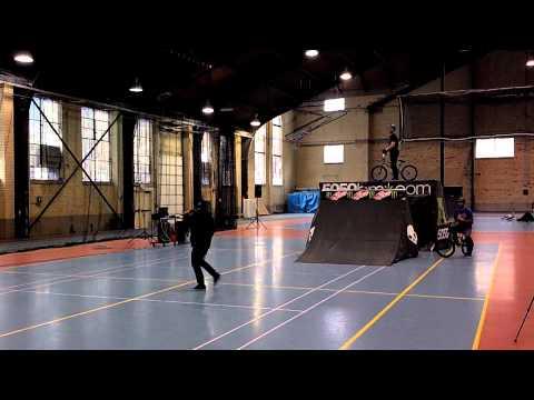 Неверојатен скок со BMX