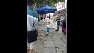 طفل يدافع عن أمه في وجه رجال الشرطة