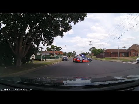 BAD DRIVING AUSTRALIA # 97 COP vs Holden , Why Stop , Wont GO , Green is the new RED
