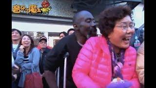 周杰伦在外国街头唱歌,给老外都唱嗨了!这影响力太大了!