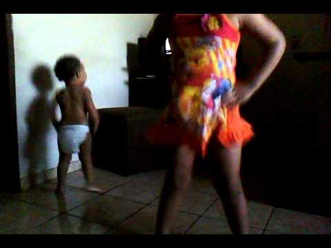 Baixar Bebê ensina nova coreografia - Sarra novinha no grau