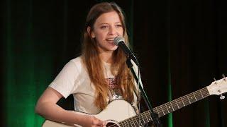 Jade Bird im Konzert in der radioeins Lounge - Full solo concert