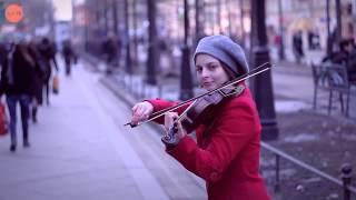 Симпатичная скрипачка на Ваське