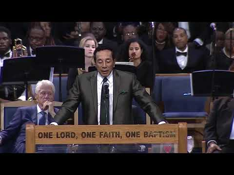 Smokey Robinson sings to Aretha Franklin during her funeral