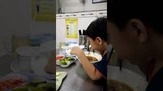 Lần đầu bé tự ăn bò kho