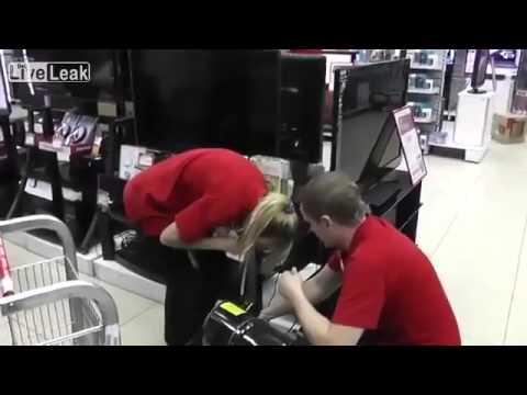 Poprosili blondynkę, by... nadmuchała telewizor!