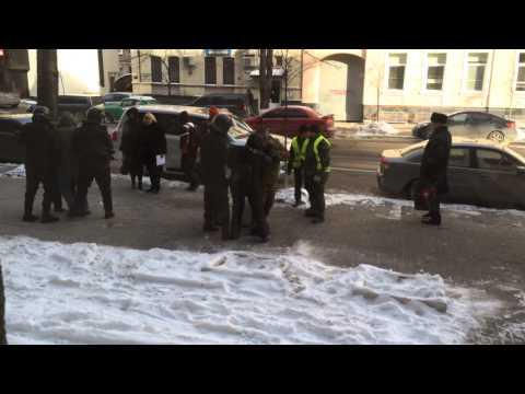 Спроба арешту людей на Інститутській за те, що в них в руках каски 27.01.2014