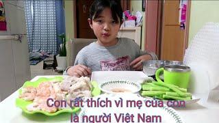 🇰🇷Vlog 226 || Em nhỏ tự cuốn bánh tráng tôm thịt ăn ngon lành|| 월남쌈혼자싸고먹기 || Gia Đình Việt Hàn