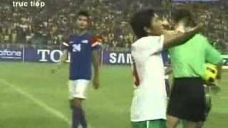 """CĐV Malaysia tiếp diễn """"chơi bẩn"""" bằng tia laser"""