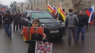 Сторонники бывшего президента Южной Осетии требуют отставки нынешнего