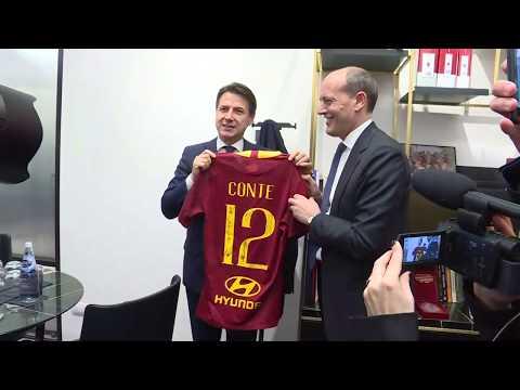 VIDEO - Giuseppe Conte riceve in regalo una maglia autografata dalla Roma