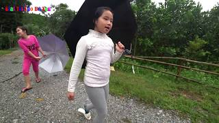 BÉ XEM NƯỚC LŨ   Baby go to see the flood   Giai tri cho Be yeu