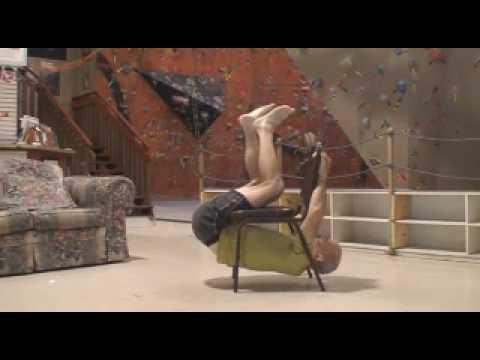 Алпинист со обичен стол покажува колку треба да сте цврст за да се занимавате со алпинизам