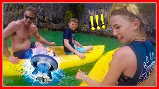 DOES MOM GET STUNG BY A JELLYFISH? | We Are The Davises