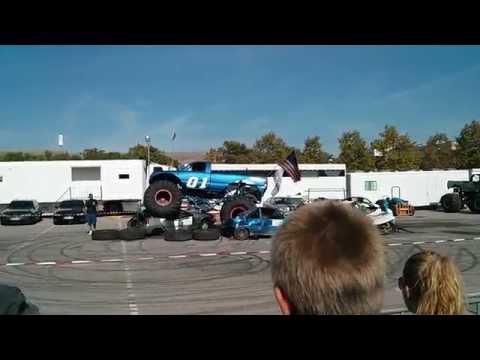 Monster Truck se queda enganchado al hacer salto (Terrassa)