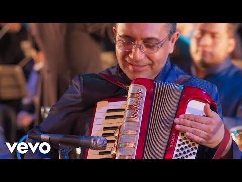Los Ángeles Azules - Amigos Nada Más ft. Pepe Aguilar (De Plaza En Plaza)