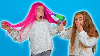 Claudia le pinta el pelo rosa a Gisele en la peluqueria de Las Ratitas