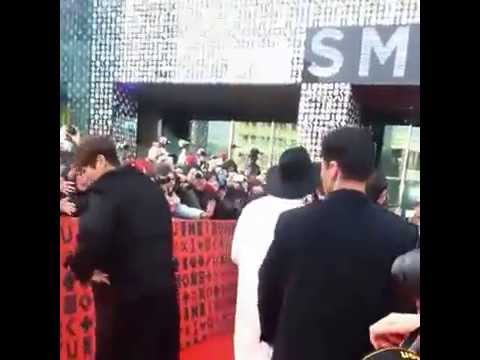 [FANCAM] 150113 SHINee Minho helped a fan pick up her iPad ♡♡♡ @SMTOWN coexartium Grand Open