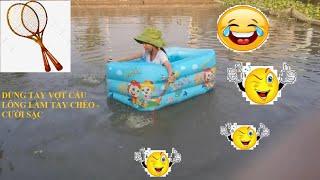 Thử thách ngồi phao bơi thả trôi giữa hồ/ Chị em bé Tôm thực hiện