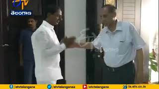 Guv Narasimhan Consoles KCR on his Sister's Death..