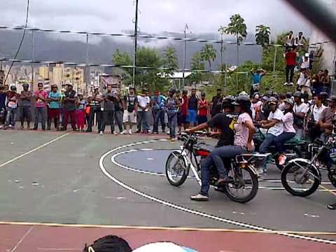 La China de Avila tv con Pedro Locura haciendo motopiruetas