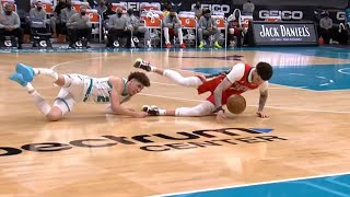 LaMelo & Lonzo Ball go for the ball in crunch time 🤭 Pelicans vs Hornets
