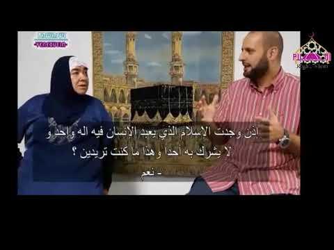 una hermana abrazaba al Islam y da consejos a gente.