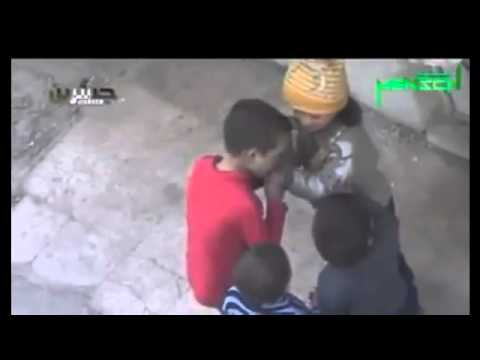 """طفل يتقاسم مع أصدقائه """"بقايا خبزة"""" كان يتناولها، في ظل حصار خانق على الغوطة الشرقية بريف دمشق"""