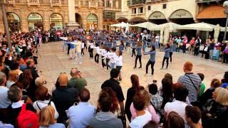 Flash Mob Beyoncè who run the world asd la libellula altromercato