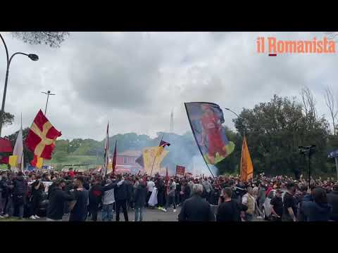 VIDEO - L'affetto dei tifosi a Trigoria prima di Manchester United-Roma