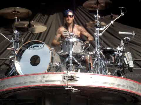 Best Quality Travis Barker Solo - Upsidedown drumming at Pukkelpop 2010, Blink 182 live