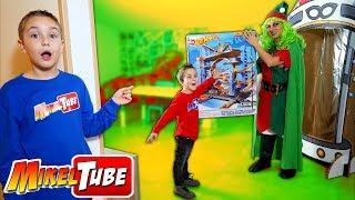 Mikel conoce a la Elfa de Santa y prueban el Garage de HotWheels