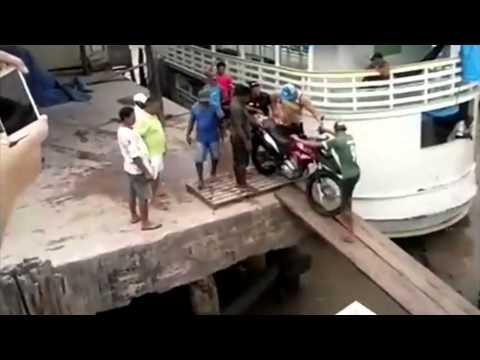 Veja O Que Acontece Quando Se Atravessa Uma Moto Sobre Essa Ponte