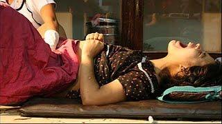 Vật vã sinh con trên sàn nhà vì mang bầu con gái bị nhà chồng ghét bỏ