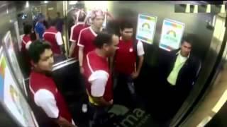 Khi fan cuồng bóng đá gặp nhau trong thang máy   Tiin vn
