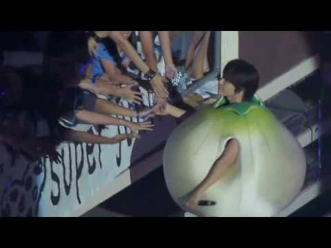 [110129] Donghae kisses young fan's hand - Super Junior SS3 in SG