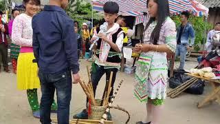 Cặp đôi nhí đi bán sáo và thổi sáo quá hay tại chợ tình Khâu Vai-Mèo Vạc-HG